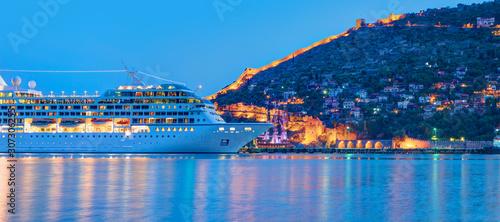 Fotografia Beautiful white giant luxury cruise ship on stay at Alanya harbor
