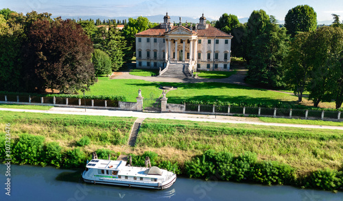 Photo Aerial top view of ancient villa Giovanelli, garden and houseboat barge on canal