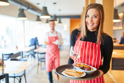 Fényképezés Service in the restaurant serves appetizers