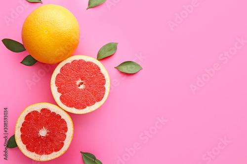 Fotografia Fresh grapefruits on color background