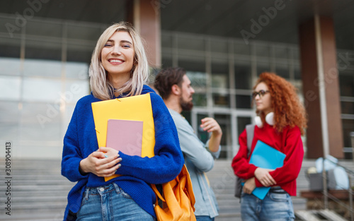 Photo Cheerful young woman applying to university