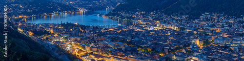Photo Como - The city with the Cathedral and lake Como at dusk.