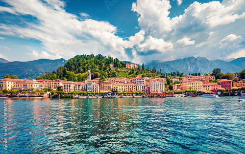 Canvas Print Splendid summer view from ferry boat of Bellagio town