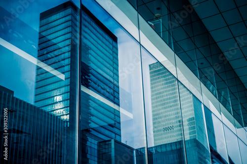 Obraz na plátne Reflection of architecture on modern office building