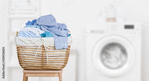 Photo Laundry basket on blurred background of modern washing machine