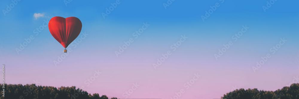 Balon na gorące powietrze i chmura w kształcie serca na tle pięknego wieczornego nieba. Pojęcie miłości i pokoju. Baner z miejsca na kopię. Miejsce na Twój tekst. <span>plik: #309360046   autor: Anna</span>