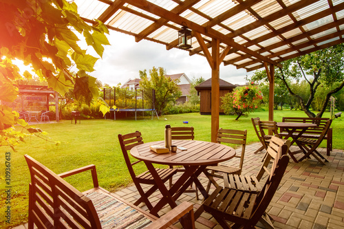 Fotografia garden furniture on the lawn, a place to relax in the garden