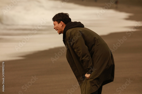 Stampa su Tela 海に向かって叫ぶ男性