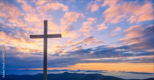 Fotografia Cross on a mountain top with beautiful sunset sky