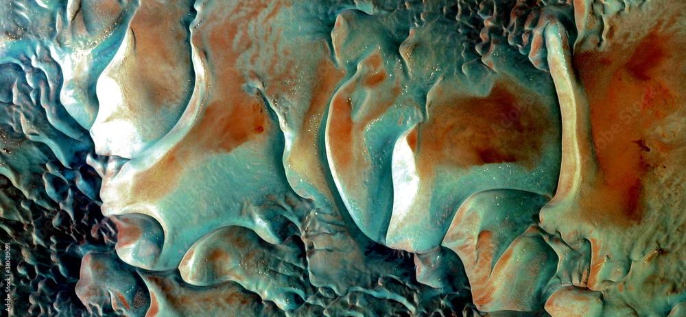 abstrakcyjna fotografia pustyni Afryki z powietrza. widok z lotu ptaka na pustynne krajobrazy, gatunek: abstrakcyjny naturalizm, od abstraktu do figuratywnej, współczesnej sztuki fotograficznej <span>plik: #310019091   autor: munimara</span>