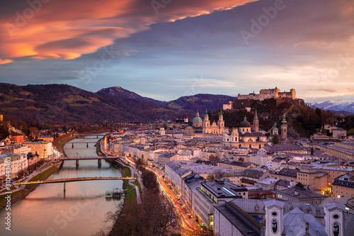 Fototapeta premium Salzburg, Austria. Pejzaż miejski z Salzburga, Austria z katedrą w Salzburgu podczas piękny zimowy zachód słońca.