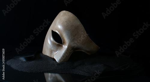 Fotografia White opera mask on the sand