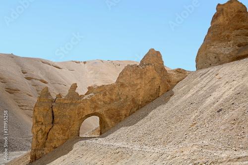 Fotografia A natural tunnel beacause of the soil erosion at Leh-Manali Himachal Pradesh, In