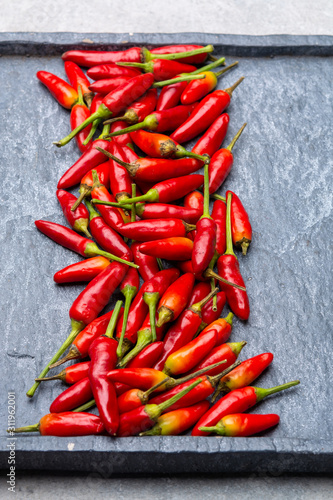 Photo Fresh small red hot chili peppers on grey background