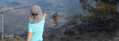 Fotografia, Obraz Bambina con l'anatra nel lago - scoperta