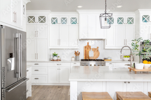 Valokuva A beautiful modern farmhouse kitchen.