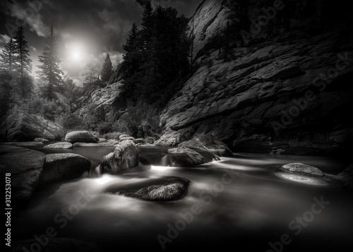 Plakat Czarno-biała scena górskiej rzeki w Górach Skalistych w Kolorado