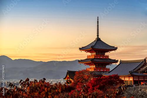 Fototapeta premium Kioto, Japonia - 23 listopada 2019 Pagoda świątyni Kiyomizudera jesienią o zachodzie słońca, Kioto, Japonia.