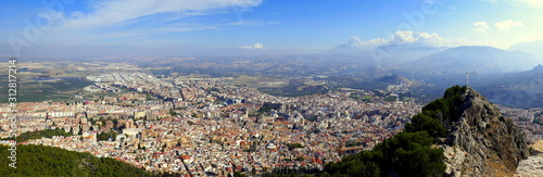 weites Panorama vom Burgberg auf die Stadt Jaen in Andalusien