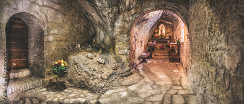 Foto cavern church of Santa Maria Infra Saxa in the Frassassi and Valadier temple are