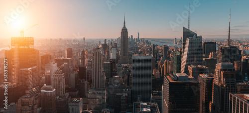 Naklejki na meble Widok z lotu ptaka na duże i spektakularne budynki w Nowym Jorku o wschodzie słońca