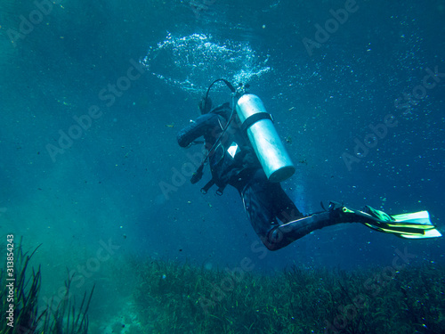 Fotografia Underwater view of scuba diver in search and rescue exercise.