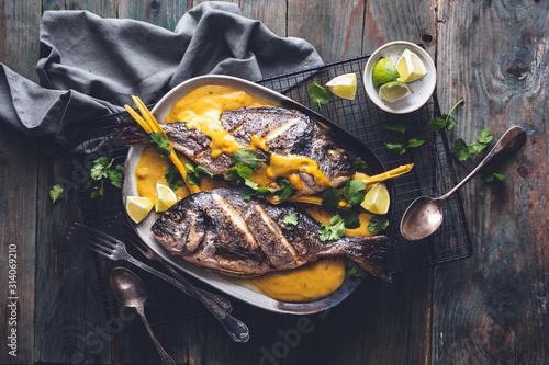 Dorades Grillées et Sauce de Curry Jaune Thaï Fototapeta