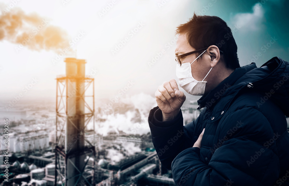 man wearing mask against smog and air pollution factory background <span>plik: #314179245 | autor: Tom Wang</span>