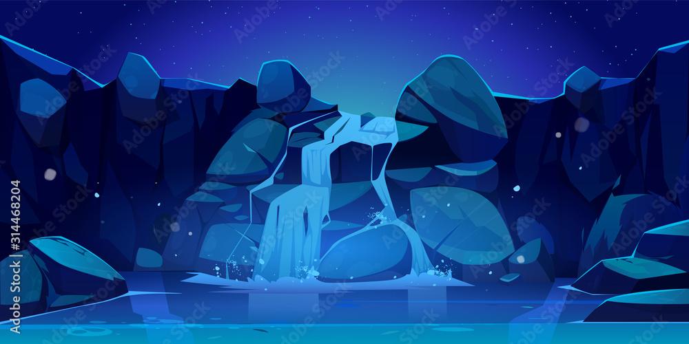 Siklawa przy nocy kreskówki ilustracją. Strumień rzeki przepływający przez skały do górskiego jeziora. Krajobraz wektor spadająca woda kaskady, kamienie, gwiaździste niebo i światło księżyca <span>plik: #314468204   autor: vectorpouch</span>
