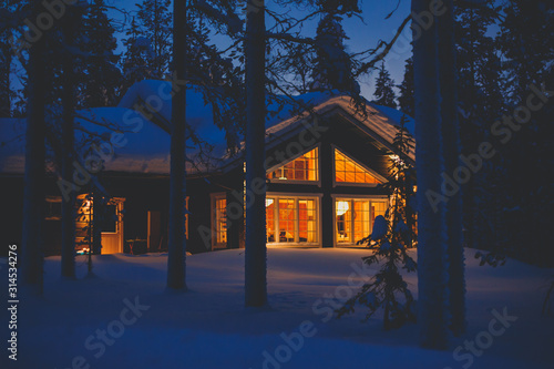 Foto A cozy wooden cabin cottage chalet house covered in snow near ski resort in wint