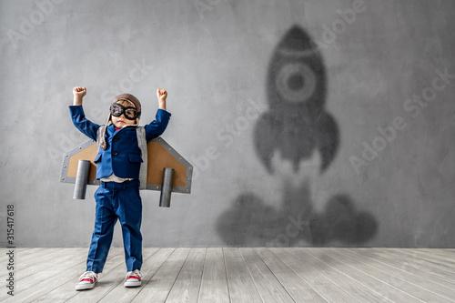 Valokuvatapetti Happy child wants to fly