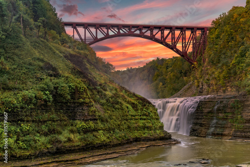 Fotografia Sunset Over The Upper Falls And Arch Bridge At Letchworth State Park