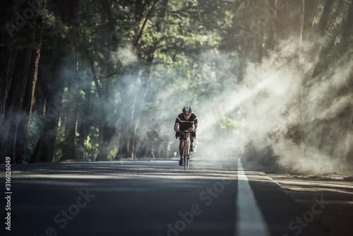 Azjatyccy mężczyźni rano jeżdżą na rowerze szosowym