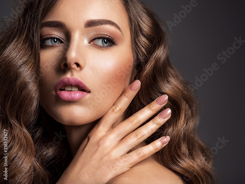Canvas-taulu Beautiful woman with natural color of nails.