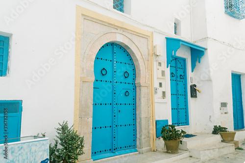 Fototapeta Typical local door of a traditional street house in Sidi Bou Said, Tunisia