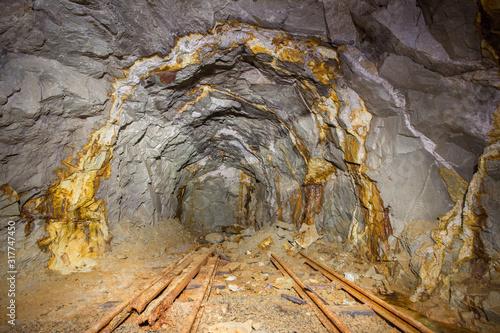 Fotografiet Old gold mine underground tunnel