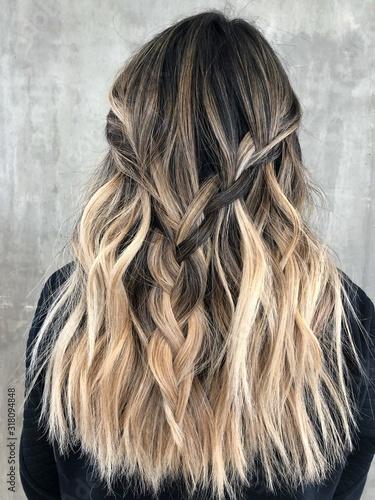 Foto Blonde Balayage Hair on Dark Hair