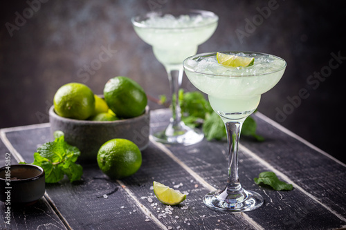 Fotografía margarita cocktail with lime in a glass on dark background