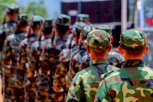 Foto Rear View Of Army Soldiers Standing In Parade