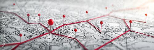 Trasy z czerwonymi szpilkami na mapie miasta. Koncepcja przygody, odkrywania, nawigacji, komunikacji, logistyki, geografii, transportu i podróży.
