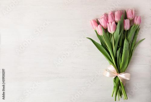 Fototapeta premium Piękne różowe tulipany wiosną na białym tle drewniane, widok z góry. Miejsce na tekst