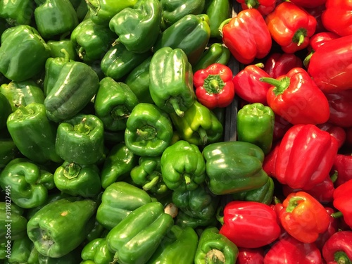 Foto High Angle View Of Multi Colored Bell Peppers For Sale In Supermarket