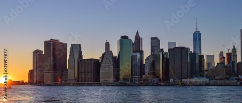 Billede på lærred East River Against Modern Buildings At Manhattan During Sunset