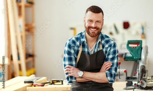 Fotografía young male carpenter working in  workshop.