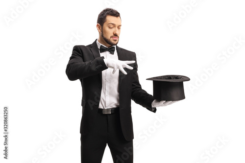 Photo Male magician performing a trick with hands and a top hat