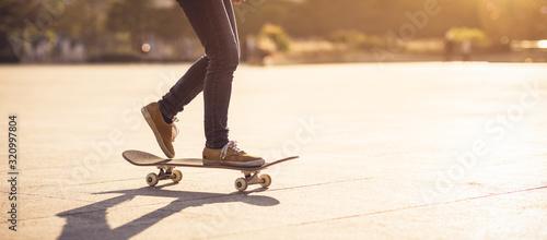 Obraz na plátně Skateboarder skateboarding at sunset city