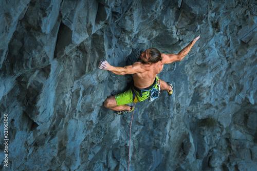Obraz na płótnie Powerful sportive rock climber