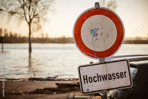 Fotografia, Obraz Schild Straßensperrung Hochwasser