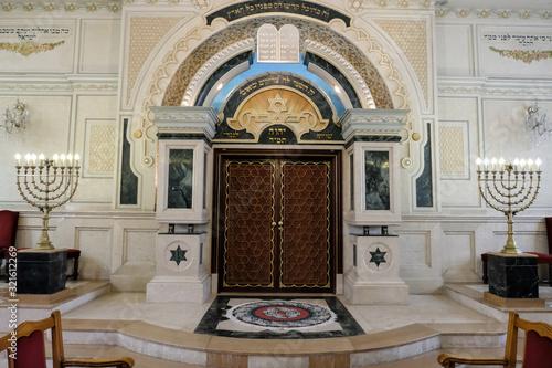 Fotografia Art interior in Moroccan synagogue of Casablanca.