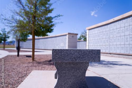 Valokuva Granite Bench at Outdoor Veteran's Cemetery Urn Mausoleum in Boulder City Nevada